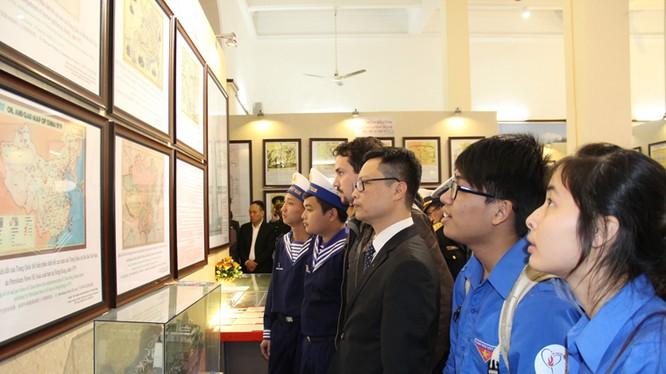 Đông đảo cán bộ, chiến sĩ, nhân dân và các bạn đoàn viên thanh niên tham quan Triển lãm