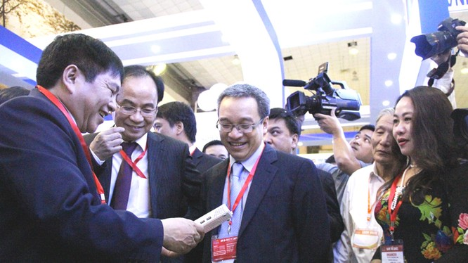 Thứ trưởng Bộ TT&TT Phan Tâm và ông Lê Mạnh Hà, Phó chủ nhiệm Văn phòng Chính phủ, Tổng Thư kí Ủy ban Quốc gia về CNTT tham quan gian hàng VNPT trưng bày tại triển lãm