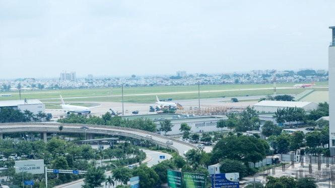 Sân bay Tân Sơn Nhất phải đóng 1 đường băng do sét đánh - Ảnh: T.PHÙNG