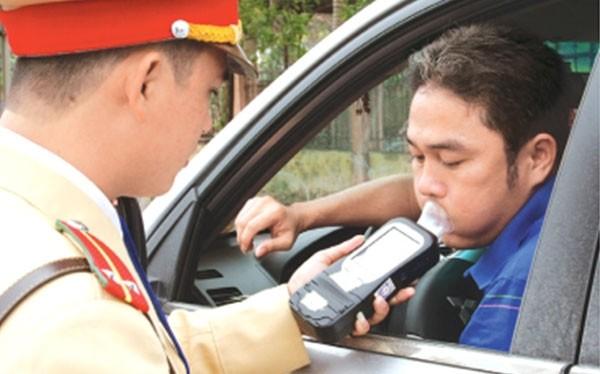 CSGT kiểm tra nồng độ cồn tại Quảng Ninh.
