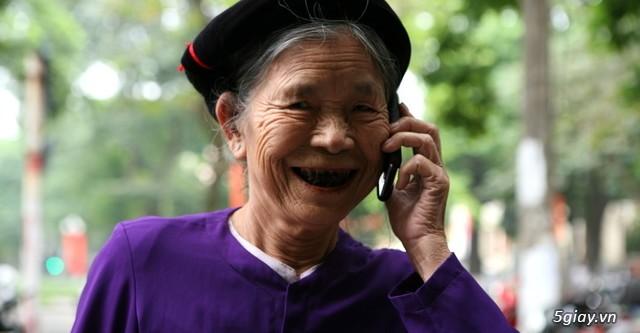 Người già gặp nhiều khó khăn khi mới sử dụng smartphone.
