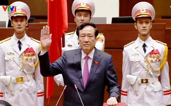 Chánh án tòa án nhân ân tối cao Nguyễn Hòa Bình tuyên thệ.