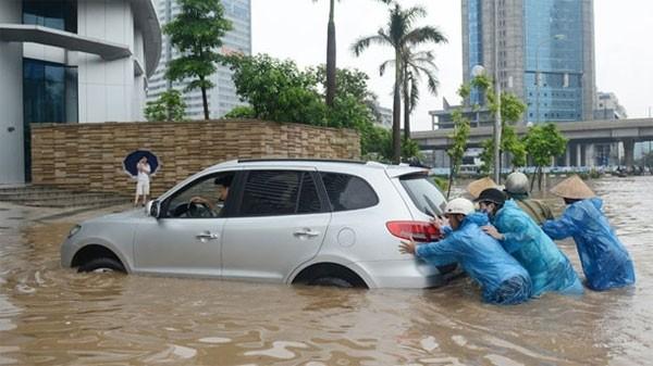 Xe bị ngập nước bị hư hại, thiệt hại vô cùng lớn.