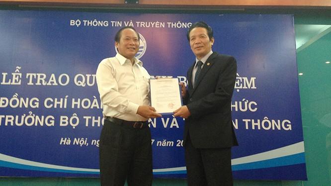 Bộ trưởng Bộ TT&TT Trương Minh Tuấn (trái) trao quyết định bổ nhiệm Tân Thứ trưởng Hoàng Vĩnh Bảo.