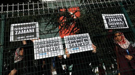 Nhiều phóng viên của báo Zaman bị bắt giữ. Ảnh: Reuters