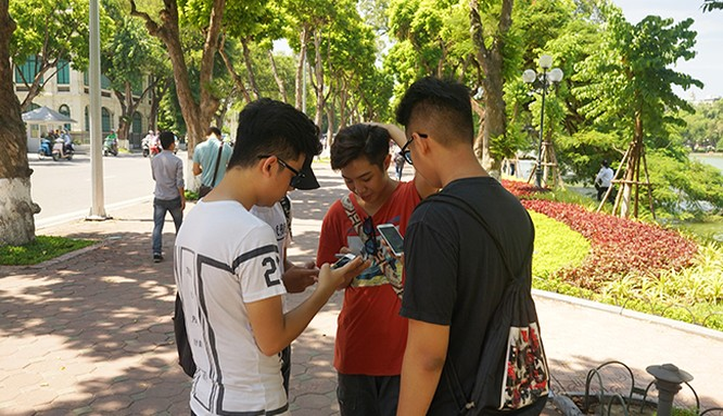 Một cảnh tượng quen thuộc ở Hồ Gươm, khi rất nhiều bạn trẻ tay cầm smartphone và trao đổi về tựa game Pokemon Go.