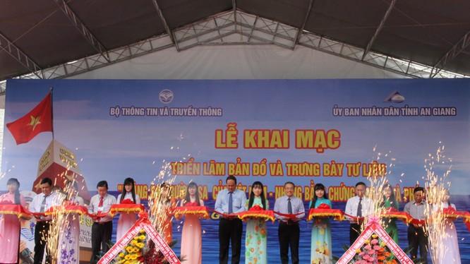 Thứ trưởng Phan Tâm và các đại biểu cắt băng khai mạc triển lãm