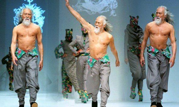 Ở tuổi 79, ông Deshun Wang vẫn có những bước catwalk chắc chắn, đầy tự tin.