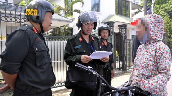 Từ hôm nay (2/9), CSCĐ không được phép dừng xe để xử phạt các trường hợp vi phạm đội mũ bảo hiểm.