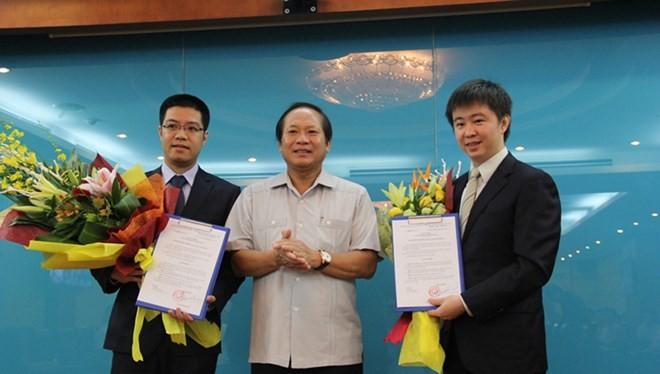 Bộ trưởng Trương Minh Tuấn trao quyết định bổ nhiệm cho ông Nguyễn Thành Chung (trái) và ông Bùi Hoàng Phương (phải).
