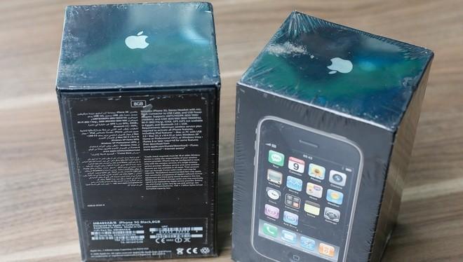 iPhone 3G là đời iPhone thứ hai được Apple trình làng từ tháng 7/2008 và dừng bán từ giữa năm 2010. Sau gần 10 năm, mẫu iPhone đời đầu hàng mới vẫn được dân sưu tập điện thoại săn lùng với giá cao.