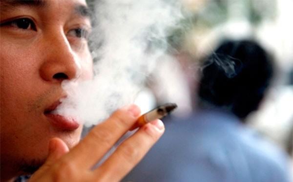 Đối với sản phẩm thuốc lá điếu, tỉ lệ hút ở cả nam và nữ giảm từ 19,9% xuống 18,2%, so với năm 2010.
