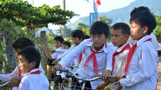 Các em nhỏ Trường tiểu học Cư Pui 2 tự đi xe đạp đến trường dự khai giảng (ảnh Intetnet)