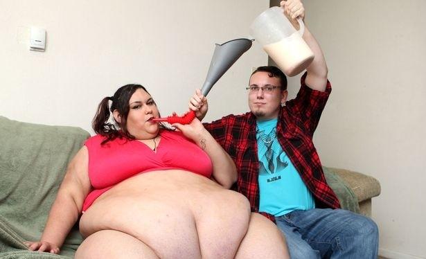 Người yêu của siêu mẫu đổ thức ăn vào phễu giúp bạn gái.