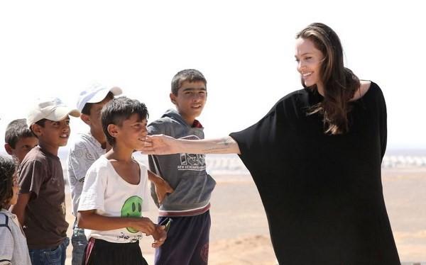 Đặc phái viên của Cao ủy Liên hợp quốc về người tị nạn Angelina Jolie Pitt - mặc váy đen.