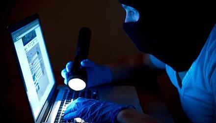 Mã độc sẽ đánh lạc hướng người dùng và âm thầm mã hóa các tập tin trên máy.