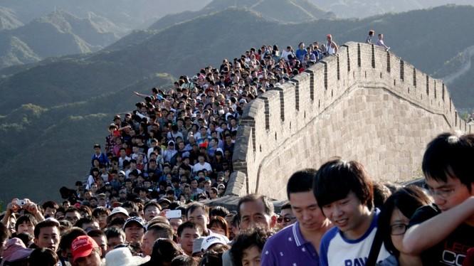 Người dân Trung Quốc chen chúc trên Vạn Lý Trường Thành.