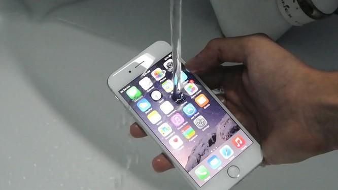 iPhone 7 Plus hỗ trợ khả năng chống nước với chuẩn IP67, cho phép ngâm dưới nước 30 phút ở độ sâu 1 mét và hạn chế bụi bẩn.