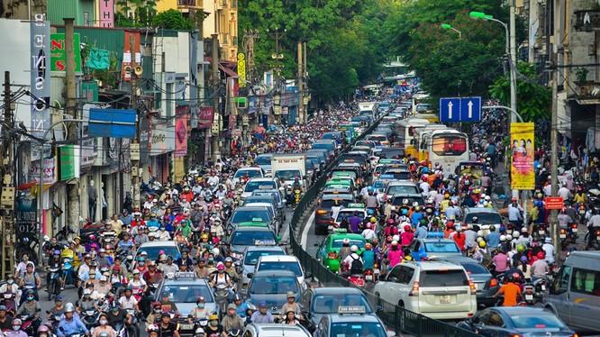 Những năm gần đây, lượng phương tiện tăng đột biến khiến cho giao thông của Hà Nội ở nhiều tuyến phố gần như bị 'tê liệt,' nhất là vào giờ cao điểm.