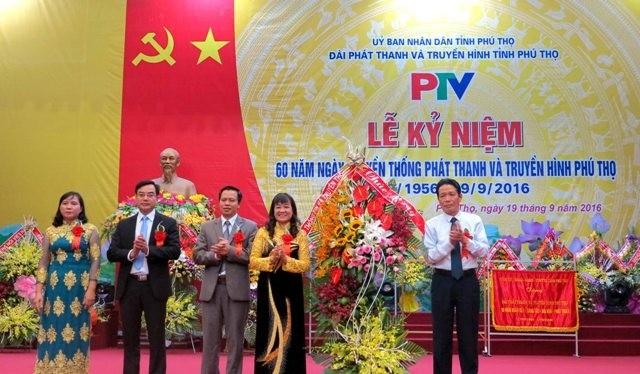Thứ trưởng Bộ TT&TT Hoàng Vĩnh Bảo (ngoài cùng bên phải) chúc mừng ngành PT-TH Phú Thọ nhân dịp kỷ niệm 60 năm Ngày truyền thống.