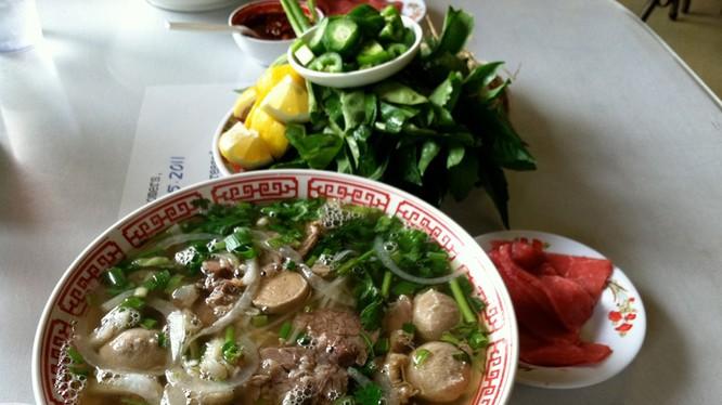 Đến Hà Nội và nếm thử món phở truyền thống của Việt Nam.