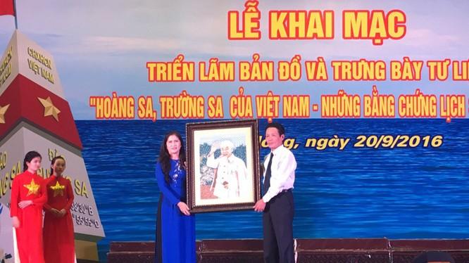 Thay mặt Lãnh đạo Bộ TT&TT, Thứ trưởng Hoàng Vĩnh Bảo trao tặng bức tranh lưu niệm cho UBND tỉnh Đắk Nông