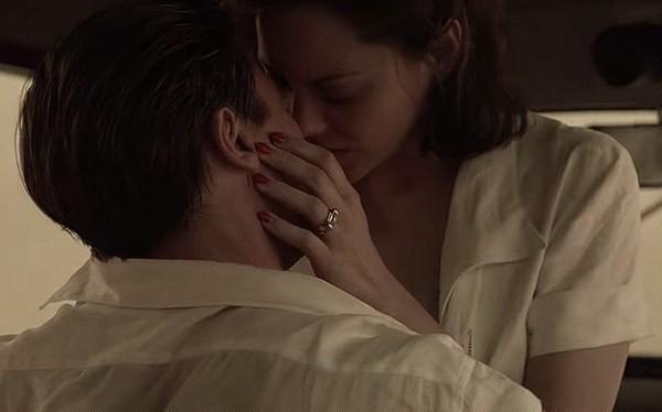 Cảnh tình tứ giữa Brad Pitt và Marion Cotillard trong Allied. (Nguồn: Paramount)
