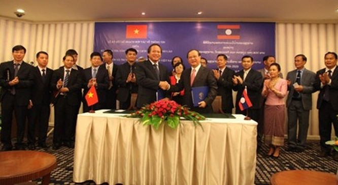 Ủy viên Trung ương Đảng, Bộ trưởng Bộ TT&TT Trương Minh Tuấn và Bộ trưởng Bộ Văn hóa - Thông tin và Du lịch Lào Bosengkham Vongdara ký kết Kế hoạch hợp tác giai đoạn 2016 - 2020 giữa 2 Bộ.