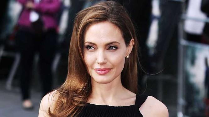 Nữ minh tinh Angelina Jolie (sinh ngày 4/6/1975), người đang thu hút sự quan tâm cao độ của các Fan điện ảnh trong vài ngày nay, có tổng tài sản 150 triệu USD. Cô là diễn viên, nhà làm phim nổi tiếng người Mỹ. Jolie được chú ý đến sau khi đoạt giải Oscar
