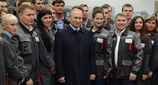 Tổng thống Putin tới thăm Tập đoàn Kalasknikov ở Izhevsk.