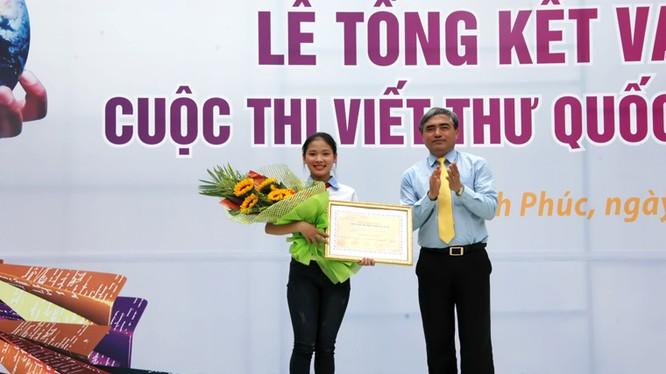 Thứ trưởng Bộ TT&TT Nguyễn Minh Hồng trao giải nhất viết thư quốc tế UPU lần thứ 45 của Việt Nam cho em Thu Trang