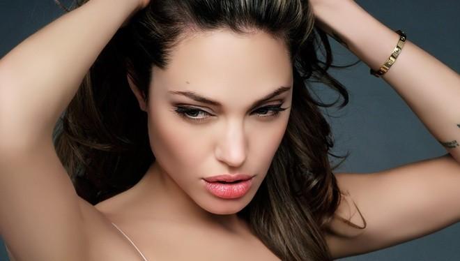 Angelina Jolie trở thành một trong những diễn viên nổi tiếng của Hollywood với vai nữ anh hùng Lara Croft trong dòng trò chơi Lara Croft: Tomb Raider (2001).