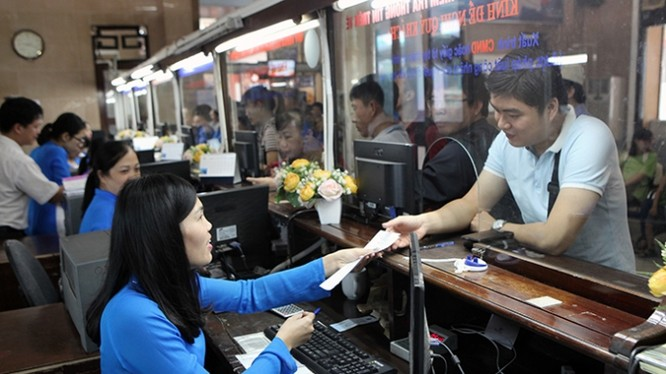 Hành khách hỏi nhân viên bán vé tại ga Sài Gòn về quy trình mua vé tàu điện tử (ảnh minh họa)