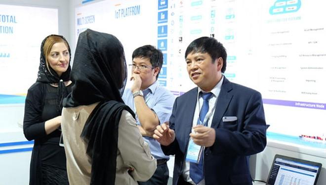 Phó Tổng Giám đốc VNPT Ngô Hùng Tín giới thiệu sản phẩm, dịch vụ cho đối tác, khách hàng tại triển lãm.