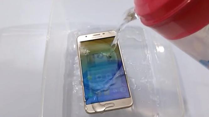 Dù chỉ là một smartphone tầm trung nhưng Galaxy J7 Prime vẫn phải đối mặt thử thách kiểm tra độ bền, khả năng chống nước.