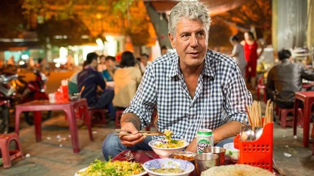 """Theo đầu bếp Anthony Bourdain, một """"phong cách"""" bán hàng kỳ lạ khiến ẩm thực gia Bourdain cảm thấy rất thú vị trong cách nhìn cởi mở của ông về đời sống sinh hoạt văn hóa - ẩm thực của người dân thủ đô."""