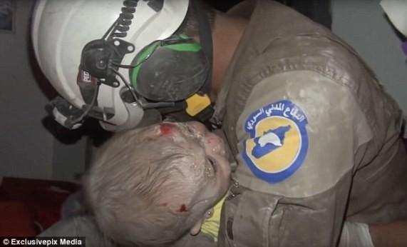 """Người đàn ông này được xác định là Abu Kifah, là thành viên của tổ chức tình nguyện """"Những chiếc mũ bảo hiểm trắng"""" (White Helmets)."""
