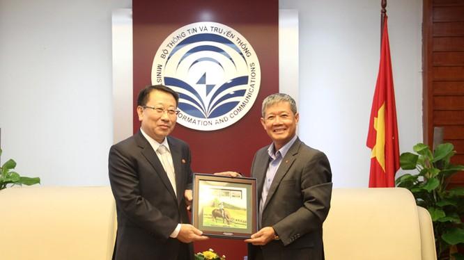 Thứ trưởng Nguyễn Thành Hưng (phải) tặng lưu niệm ông Kim Myong Gil, Đại sứ Cộng hòa Dân chủ Nhân dân Triều Tiên bức tranh tem của Việt Nam.