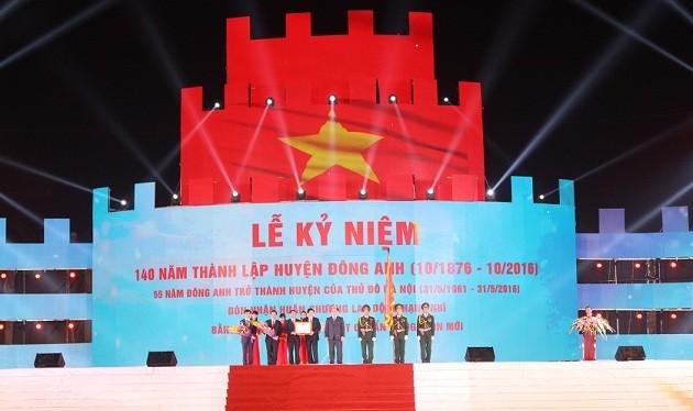 """Bí thư Thành ủy Hà Nội Hoàng Trung Hải trao """"Huân chương Lao động hạng Nhì"""" cho huyện Đông Anh."""
