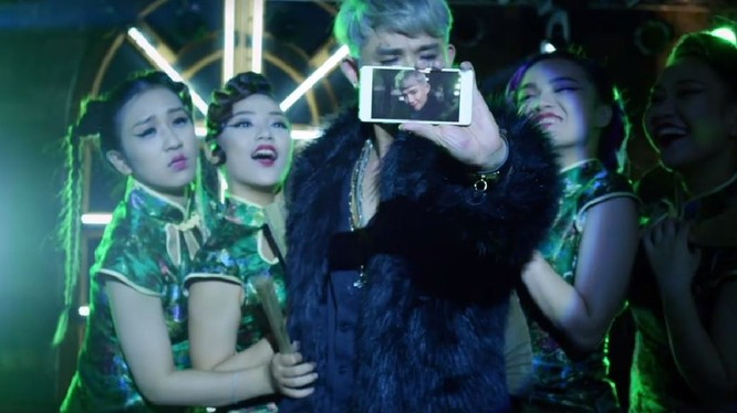 """Cả Hoàng tử trái cây và T-Rồng đều bị """"dìm hàng"""" trong video quảng cáo mới của Samsung."""
