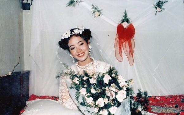 Cô dâu Chiều Xuân xinh đẹp với đôi má ửng hồng, lông mày lá liễu mảnh mai, ánh mắt thu hút cùng đôi môi đỏ tươi quyến rũ.