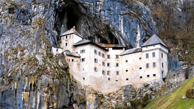 Lâu đài Predjama (Slovenia): Được xây trong một hang động nằm giữa vách núi vào năm 1274, lâu đài này có nhiều hệ thống hành lang, phòng ốc nằm ẩn trong các bức tường. Đây chính là nơi diễn ra các màn tra tấn, sát hại lẫn nhau... Người ta vẫn đồn nhau lin