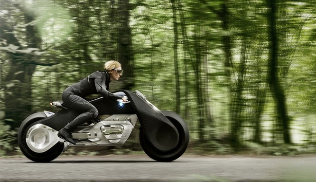Chiếc xe này có tên là Motorrad Vision Next 100, và nó lẽ đúng như ý định của BMW muốn nó trơ thành chiếc xe máy của tương lại, Motorad Vision Next 100 có hình dáng như một chiếc xe máy trong những bộ phim viễn tưởng.