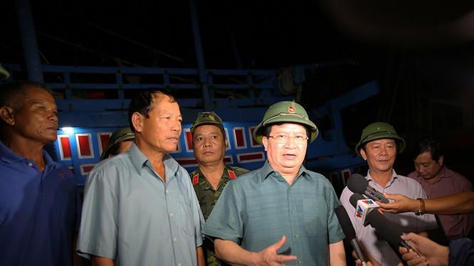 Phó Thủ tướng Trịnh Đình Dũng kiểm tra khu vực neo đậu tàu tránh trú bão tại Quảng Bình.