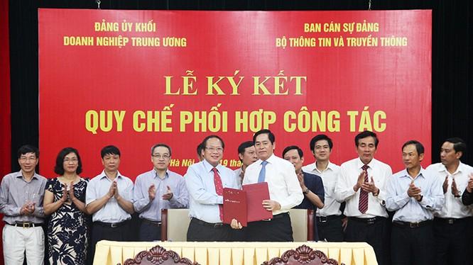 Bí thư Ban cán sự Đảng, Bộ trưởng Bộ TT&TT Trương Minh Tuấn và Bí thư Đảng ủy Khối doanh nghiệp Trung ương Phạm Viết Thanh cùng ký Quy chế phối hợp công tác