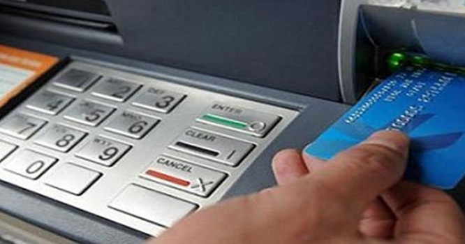 người dân gặp không ít hiểm họa khó lường khi sử dụng máy ATM .