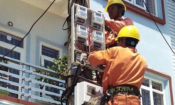 """Khi triển khai hệ thống đo đếm điện từ xa, sẽ không còn cảnh nhân viên ghi số điện phải... """"leo cột"""" mỗi tháng."""