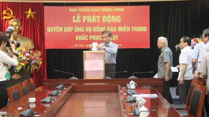 Cán bộ Ban Tuyên giáo trung ương tích cực ủng hộ đồng bào miền Trung bị lũ lụt.