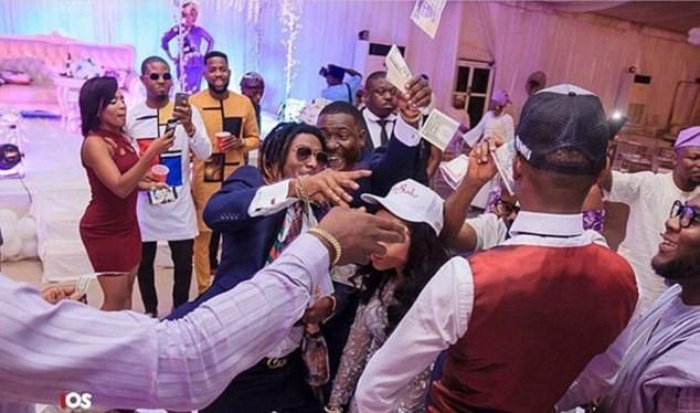 Rapper, nhà thiết kế Bayo Adewale AKA Bnaira có sở thích ném tiền và thường thể hiện niềm đam mê này trong các buổi tiệc.