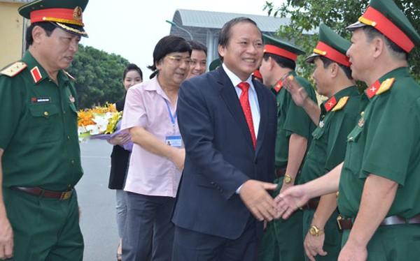 Bộ trưởng Bộ Thông tin và Truyền thông Trương Minh Tuấn tới Học viện chính trị - Bộ Quốc phòng trao tặng đĩa phim
